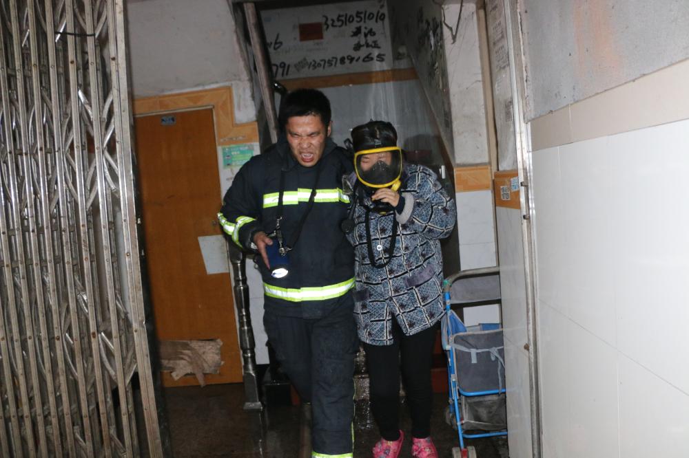 大火中,青田消防兵把呼吸器让给被困居民