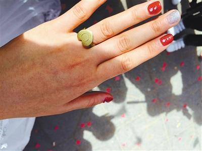 新娘结婚不要彩礼 戒指为弹壳做成