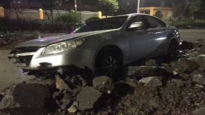 懵!黄华一轿车冲上碎石堆,整车受损严重