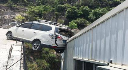 这辆车子无人驾驶 居然爬上10米高屋顶