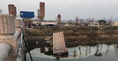 乐清盐盘工业区 翁垟方向 有货车掉到河里面