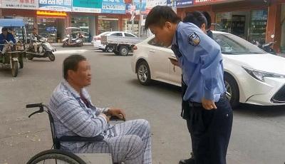 暖心!轮椅老人寻亲迷路 热心民警护其回家